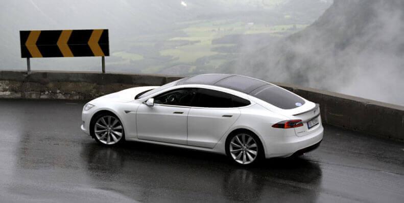 TESLA: Tesla Model S/X/3 er svært populære i Norge og prisene på bilforsikring spriker enda enormt. Les hvordan du kan få ned prisen mest mulig.